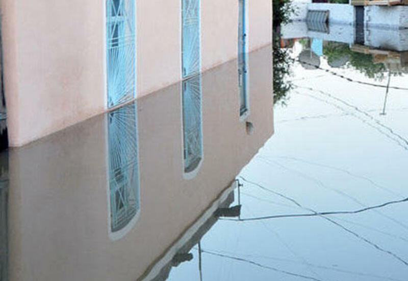 Некоторые частные дома в Баку затопило из-за дождя