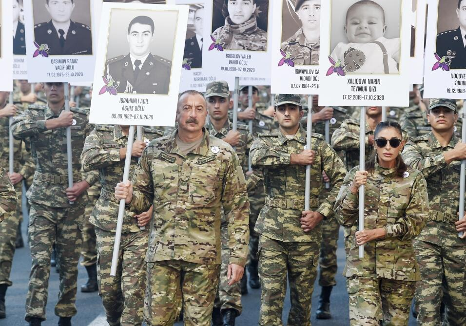 Президент Ильхам Алиев и Первая леди Мехрибан Алиева приняли участие в шествии в Баку в память о погибших в Отечественной войне