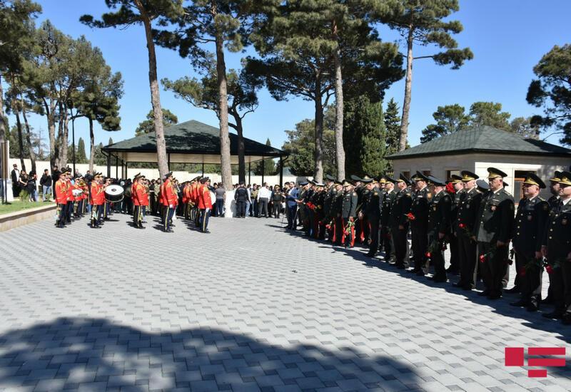 На II Аллее почетного захоронения память шехидов почтили минутой молчания и залповым огнем