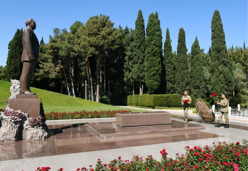 Президент Ильхам Алиев и Первая леди Мехрибан Алиева посетили на Аллее почетного захоронения могилу великого лидера Гейдара Алиева