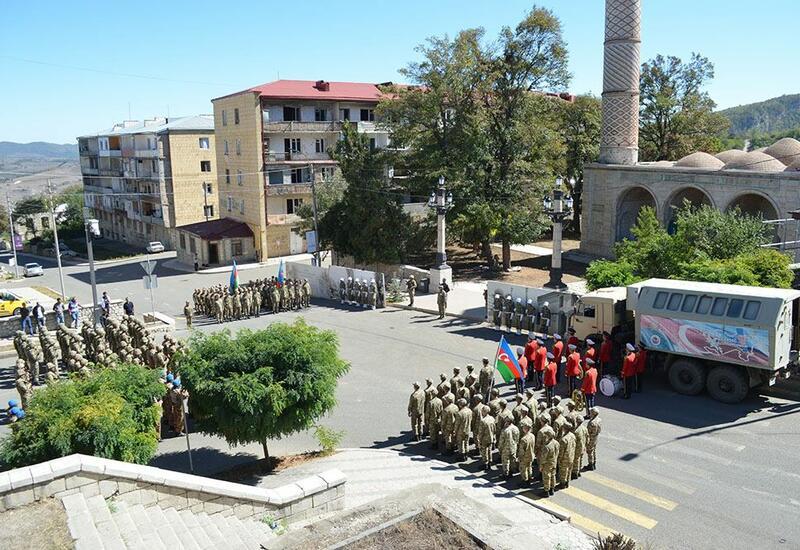 В честь Дня памяти азербайджанские военнослужащие прошли торжественным маршем по Шуше