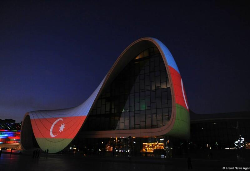 Здание Центра Гейдара Алиева освещено цветами флага Азербайджана