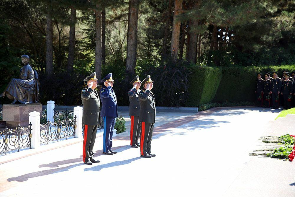 Руководство минобороны Азербайджана посетило Аллею почетного захоронения и II Аллею шехидов в Баку