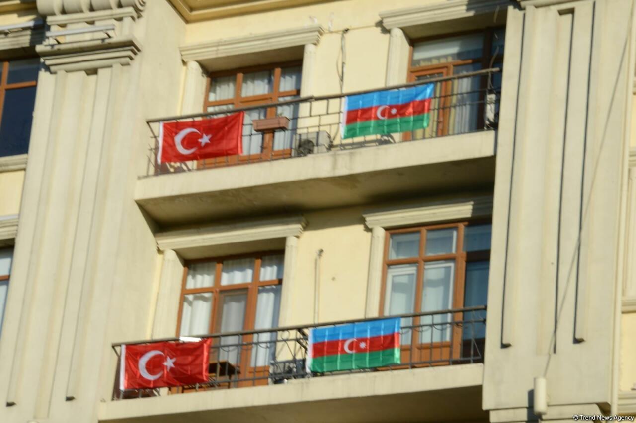 Улицы и проспекты Баку в День памяти украшены азербайджанскими флагами