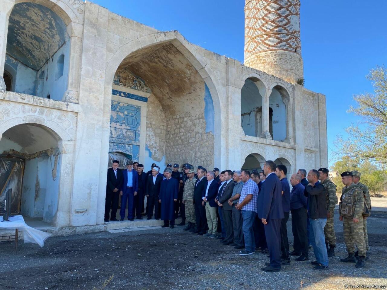 Обращение Президента Ильхама Алиева в связи с Днем памяти слушали перед Джума-мечетью в Агдаме