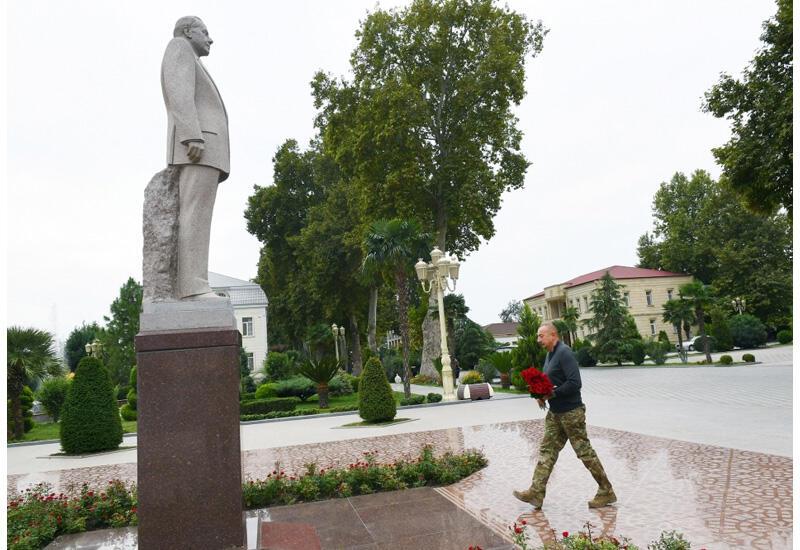 Президент Ильхам Алиев посетил памятник великому лидеру Гейдару Алиеву в центре города Барда и возложил к нему цветы