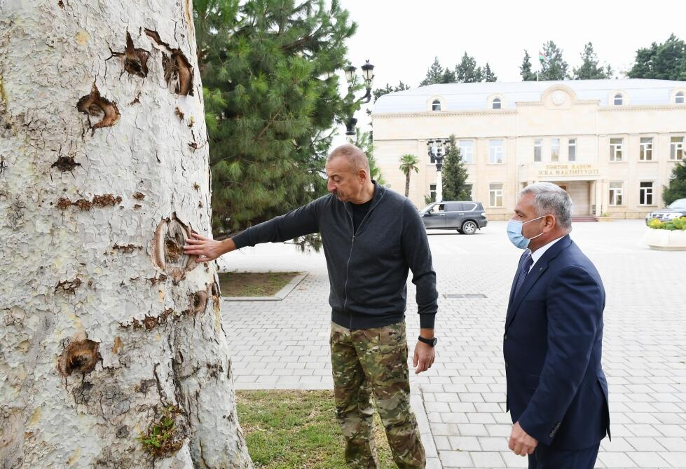Президент Ильхам Алиев ознакомился в городе Тертер с условиями, созданными в новом доме, построенном вместо дома, разрушенного в результате ракетных атак армянских вооруженных сил