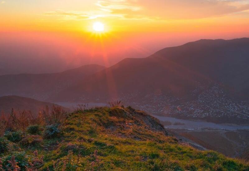 Прекрасный осенний пейзаж в горах Шеки