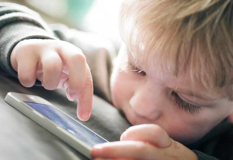 Офтальмологи предупредили об опасности смартфонов для зрения детей