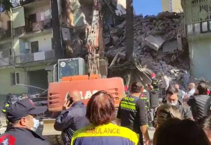 В Батуми из-под завалов жилого дома удалось спасти ребенка