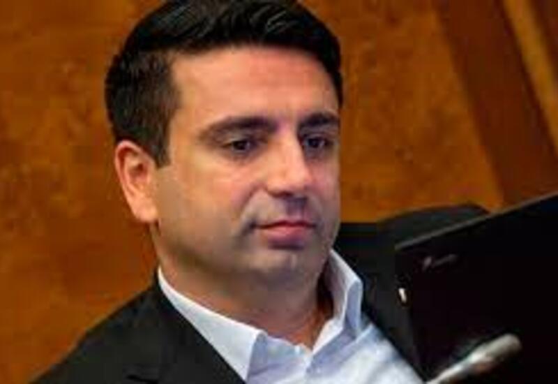 Должны ли армянские матери оттаскать Симоняна за набриолиненные волосы?