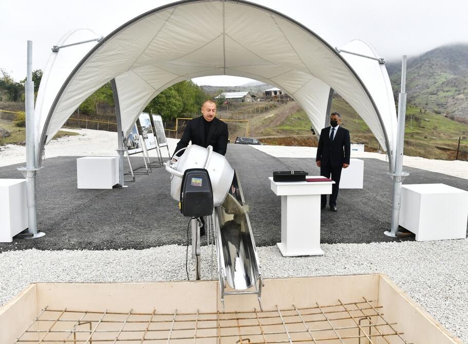 Президент Ильхам Алиев заложил фундамент новой мечети в поселке Гадрут