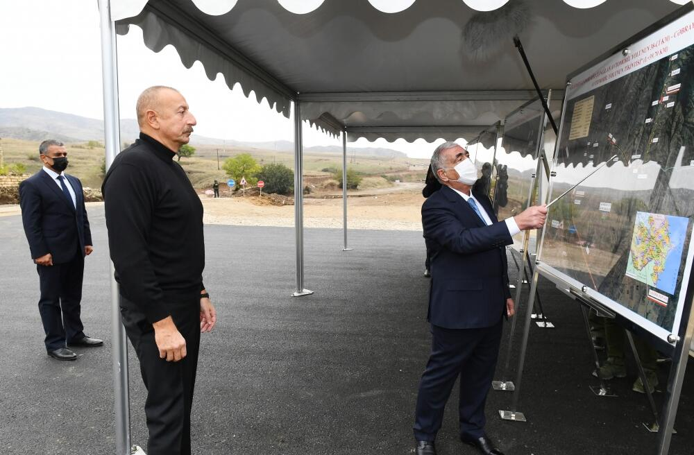 Президент Ильхам Алиев ознакомился со строительными работами, проводимыми на дорогах Гадрут-Джебраил-Шукюрбейли, Туг-Гадрут и Физули-Гадрут
