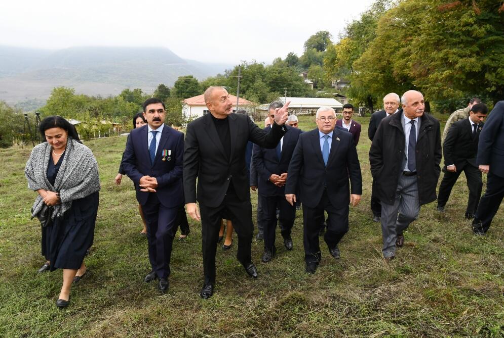 Президент Ильхам Алиев посетил село Туг вместе с представителями общественности Ходжавендского района