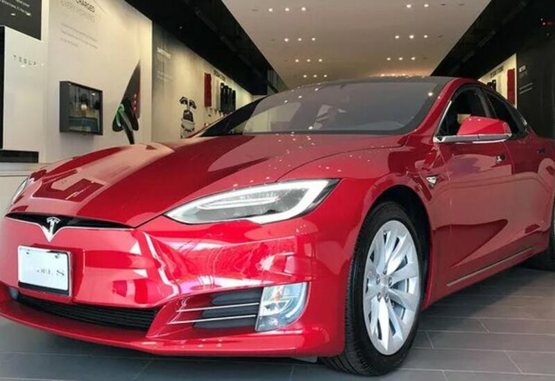 """Камера сняла, как """"мстительница"""" повредила автомобиль Tesla на парковке"""