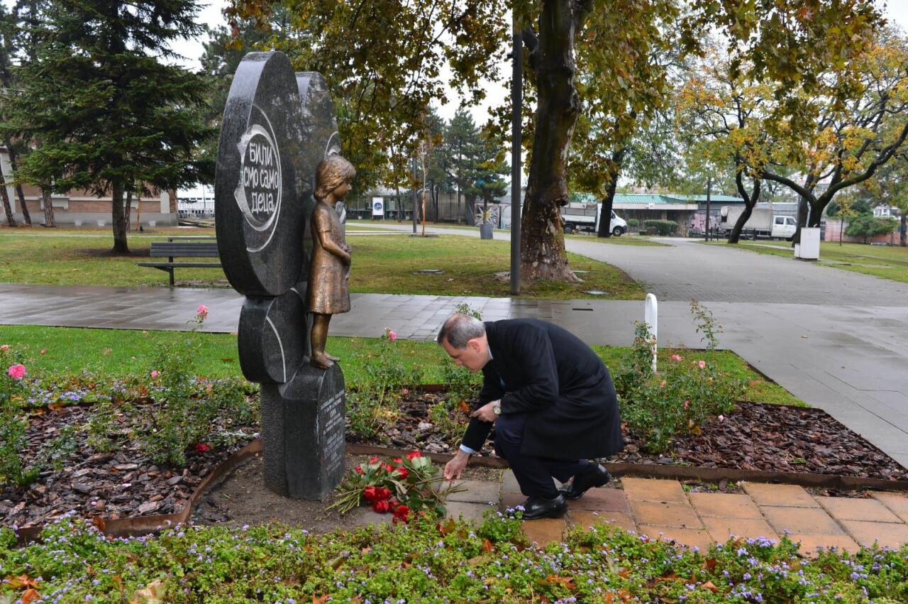 Джейхун Байрамов посетил памятник общенациональному лидеру Гейдару Алиеву в Белграде