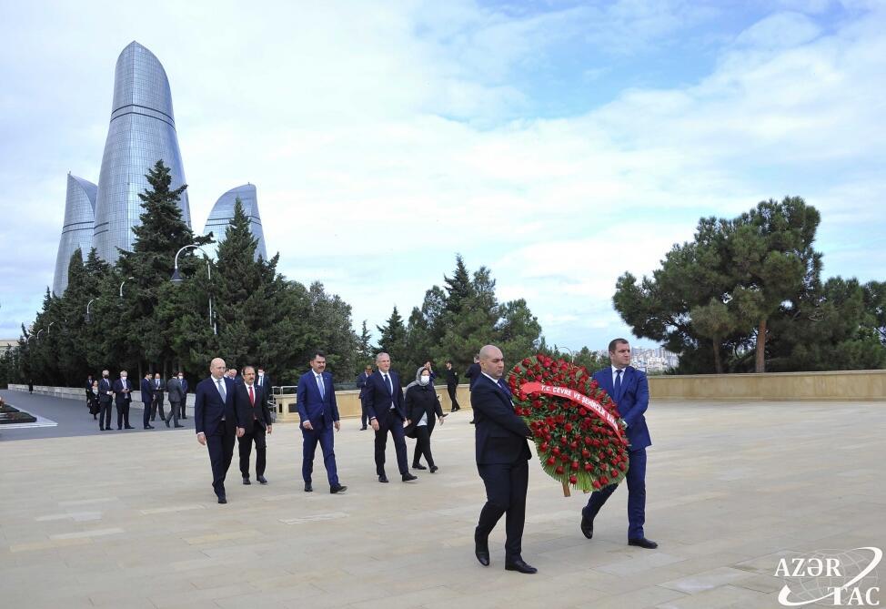 Министр окружающей среды и градостроительства Турции посетил Аллею почетного захоронения и Шехидляр хиябаны