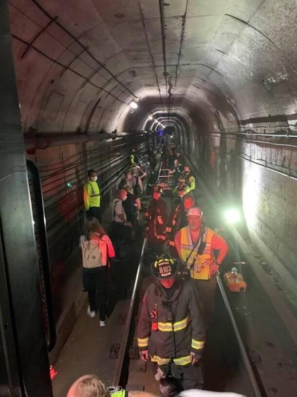 В метро Вашингтона поезд сошел с рельсов