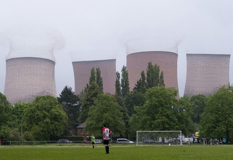 В Британии взорвали гигантские градирни электростанции