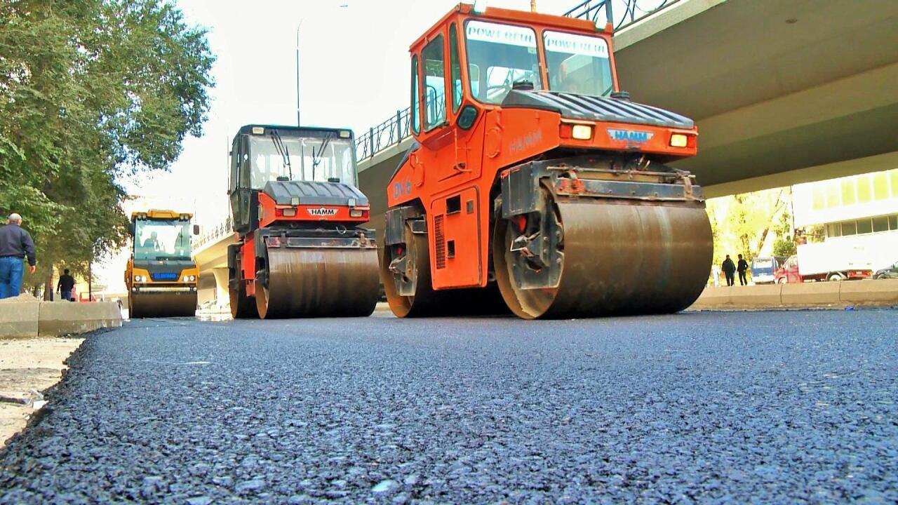 Ремонтируется участок дороги на одной из улиц Баку