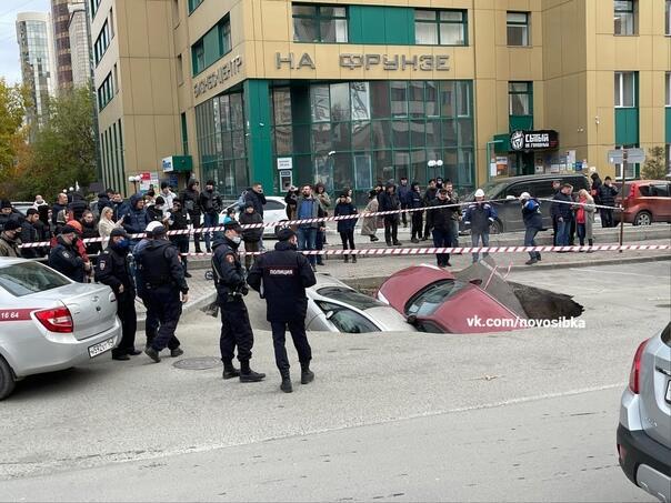 В России машины провалились в яму с кипятком