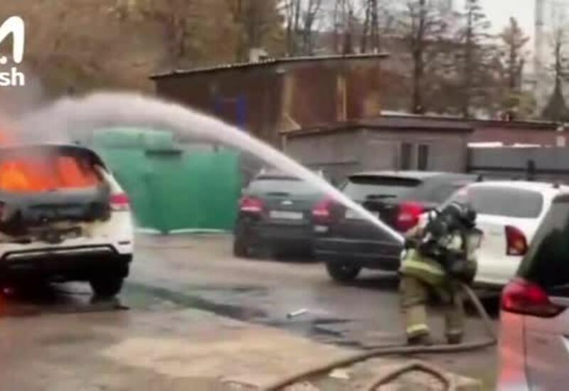 Загоревшиеся из-за пожара на складе в Москве машины сняли на видео