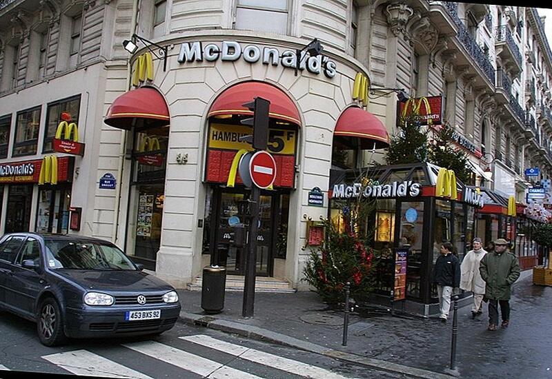 Во Франции на McDonald's подали в суд за возможное использование детей для скрытой рекламы