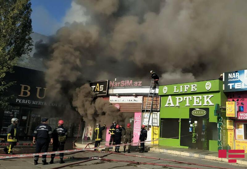Сильный пожар в «Metro-City», огонь перекинулся на близлежащие объекты