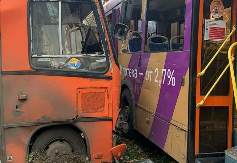 Столкновение двух автобусов и грузовика в России - десятки пострадавших