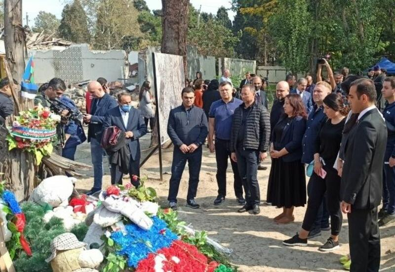 Украинские депутаты на месте гибели мирных жителей в результате армянского обстрела Гянджи