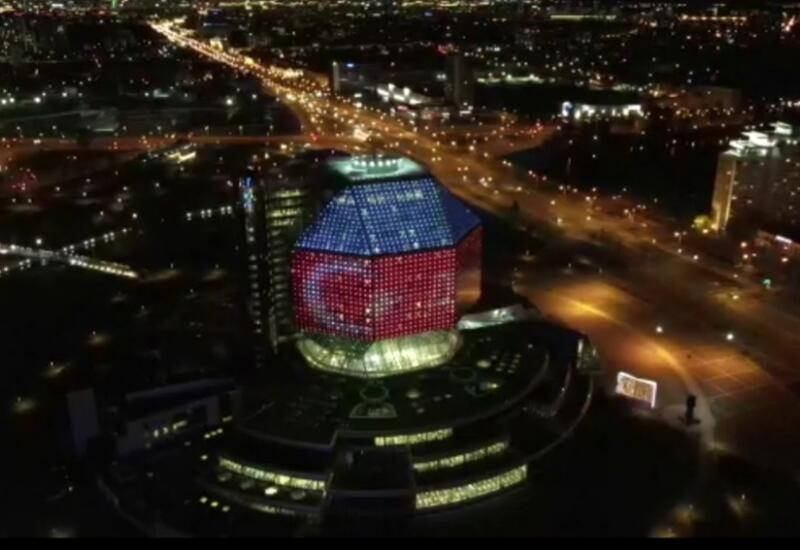 Здание Минской национальной библиотеки подсвечено в цвета азербайджанского флага
