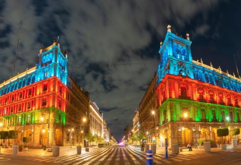 Столица Мексики расцвечена в цвета азербайджанского флага