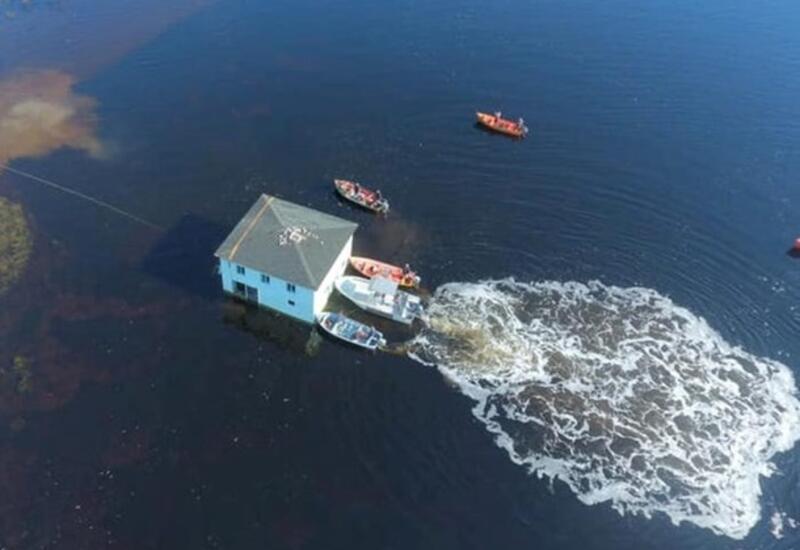 В Канаде 100-летний дом переправили через залив