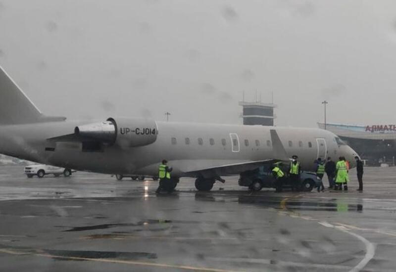 Перевозивший футболистов из Баку самолет столкнулся с автомобилем