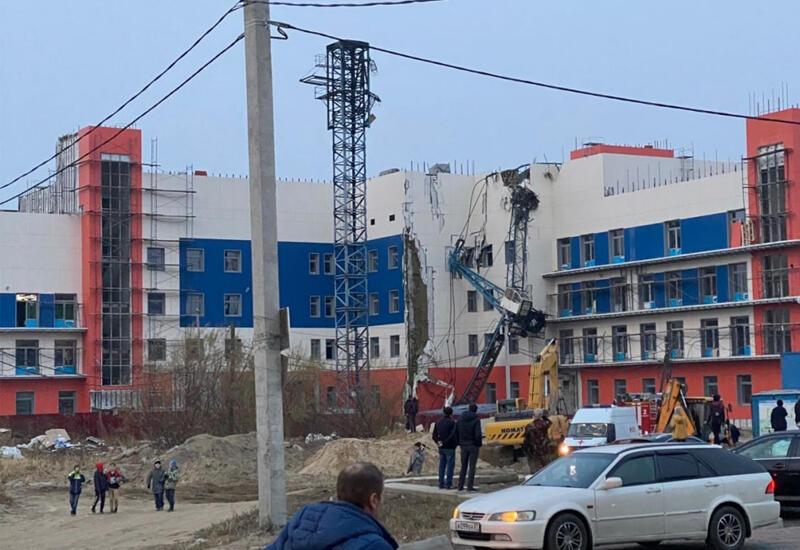 В России строительный кран упал на поликлинику