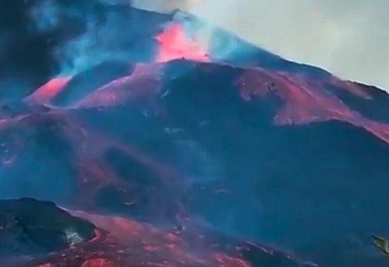 Кратер вулкана обрушился на залитой лавой Ла Пальме