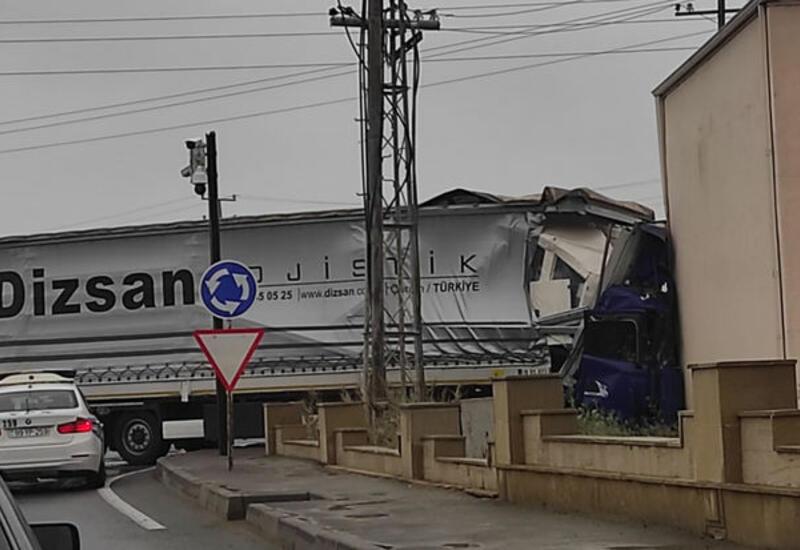 В Баку TIR устроил тяжелую аварию