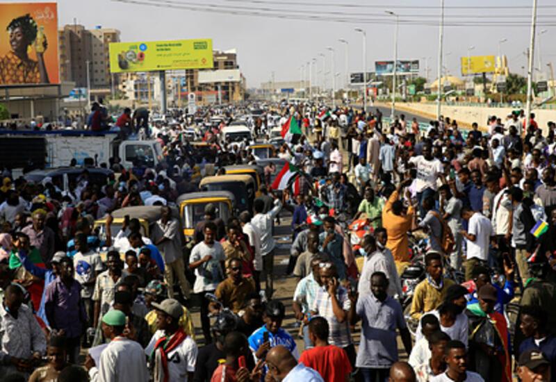 Во время протестов в Судане пострадали более 100 человек
