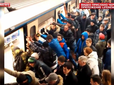 Пассажиры раскачали вагон метро, чтобы спасти старушку - ВИДЕО