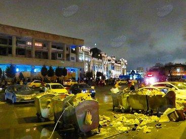 На проезжей части в центре Баку устроили свалку - ФОТО