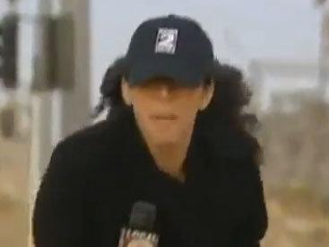 Репортер против сильного ветра - ВИДЕО