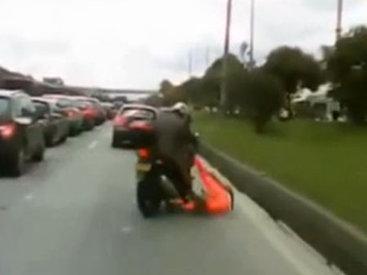 Пассажирка упала с мотоцикла - ВИДЕО