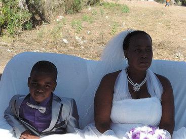 Умерший дед женил 9-летнего мальчика на 62-летней женщине - ФОТО