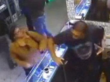 Толпа людей жестоко избила вора в магазине - ВИДЕО