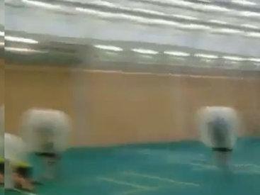 Очень странный способ игры в футбол в надувных шарах - ВИДЕО