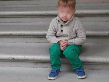 Двухлетнего ребенка затянуло в эскалатор метро - ФОТО