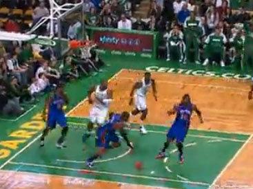 Баскетболист выбил мяч из сетки своей же головой - ВИДЕО