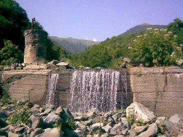 Водопад в Загатальском районе: стрела воды, устремляющаяся вниз – ФОТОСЕССИЯ