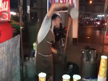 Настоящий мастер в приготовлении коктейлей - ВИДЕО