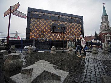 С Красной площади убрали чемодан Louis Vuitton